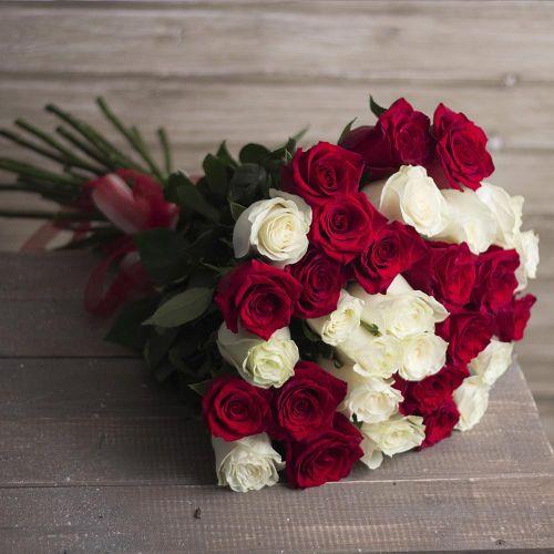 Розы Эквадор красные и белые 60 см