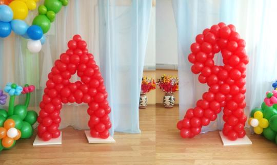 Буква из маленьких шариков на каркасе
