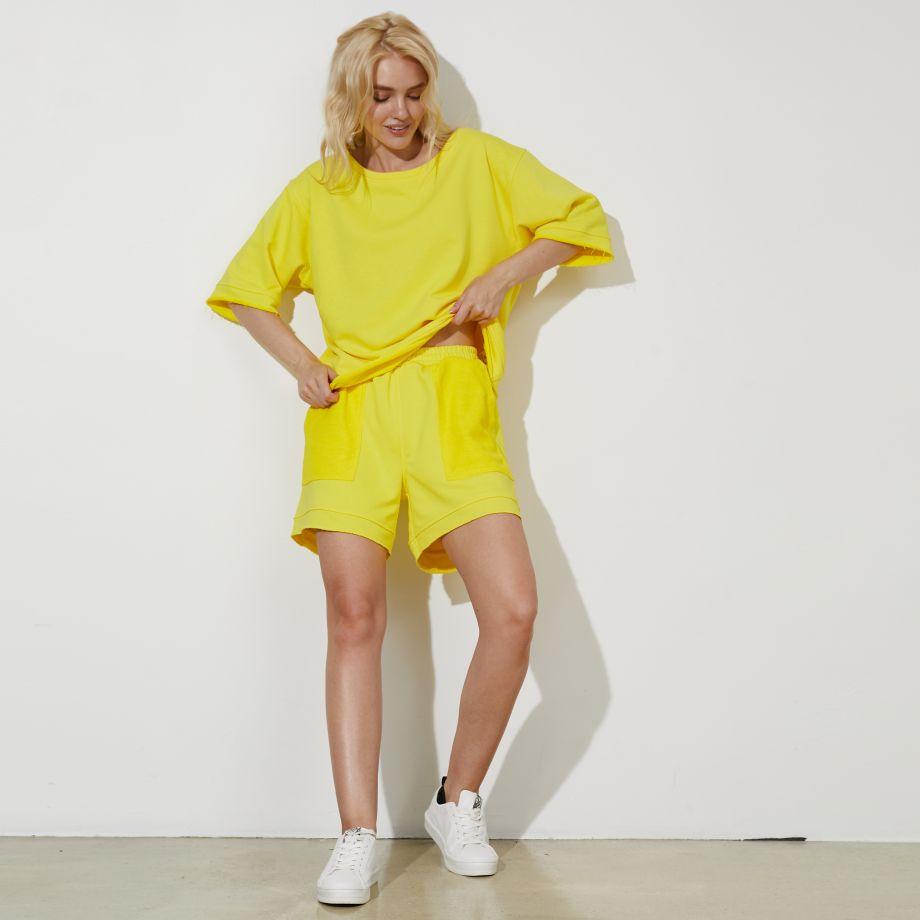 Трикотажные шорты в желтом цвете