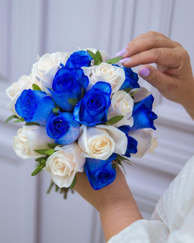 Букет невесты из синих и белых роз