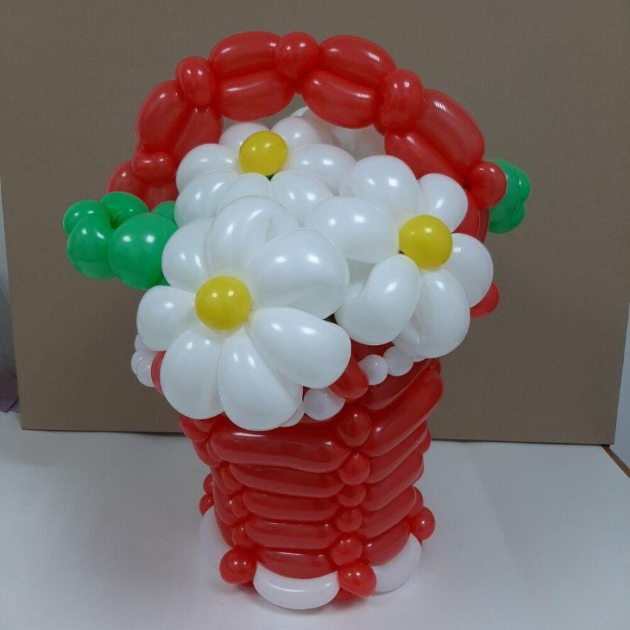Корзина с цветами из воздушных шаров