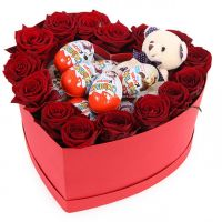 Букет из красных роз с Киндер Сюрпризом