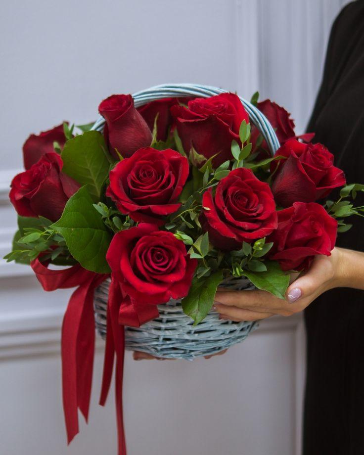 Корзина из 15 Кенийских роз с зеленью