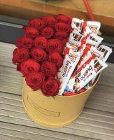 Композиция из 17 роз и шоколадок Bueno