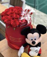 Цилиндр с 15 розами и конфетами раффаэлло