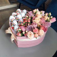Сердце с киндер сюрпризом и цветочным ассорти