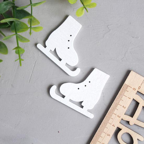Деревянное украшение - Коньки белые 5*4,5 см.