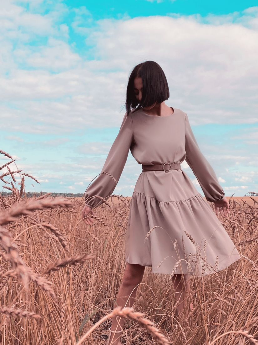 4473 Платье с воланом в холодном бежевом