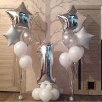 Композиция из серебряно-белых шаров на 1 год