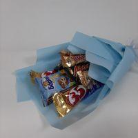 Сладкий букет в голубой упаковке