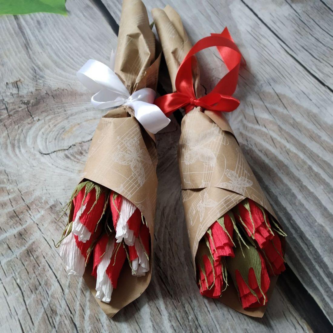 Букет из 5 роз с конфетами в крафт-упаковке