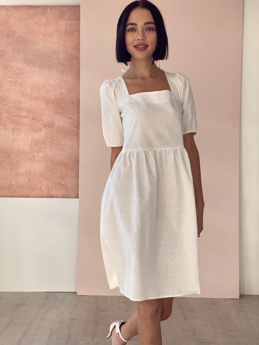 4557 Платье с вырезом каре белое