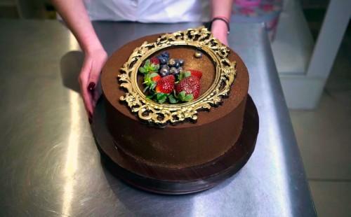 Выравнивание торта ганашем и покрытие шоколадным велюром(Gata Chocolata)
