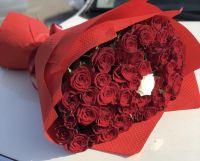 Красные розы с белой в середине от 39 штук