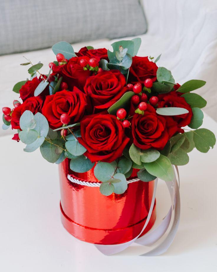 Коробка из красных роз и эвкалипта