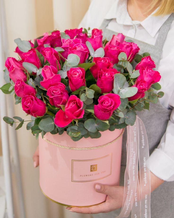 Коробка из 35 кенийских роз и эвкалипта