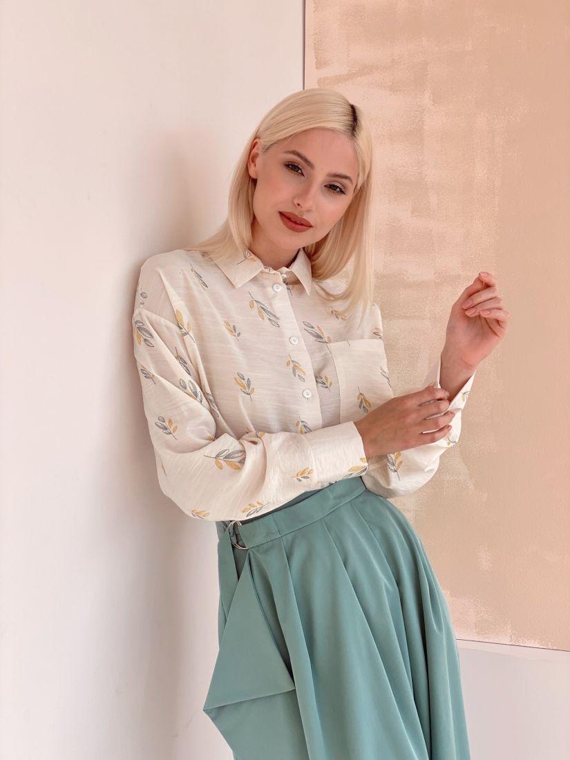 3151 Блуза с английским воротником с минималистичным принтом