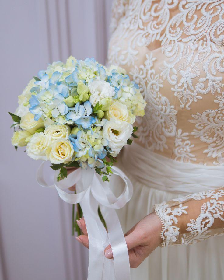Букет невесты с гортензией и кенийской розой