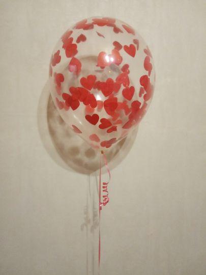 Шар с красными сердечками конфетти