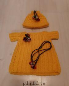 Одежда-вязанное платье и шляпка.