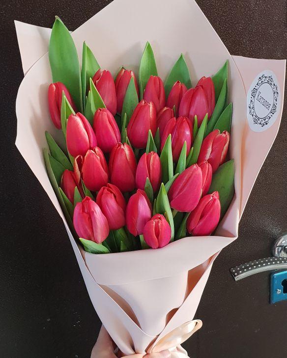 25 тюльпан в дизайнерской упаковке