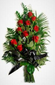 Ритуальные цветы 10 красных роз и папоротник