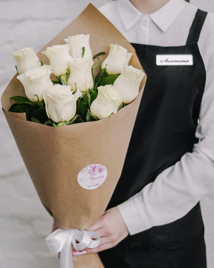 Букет цветов из 9 роз в крафте