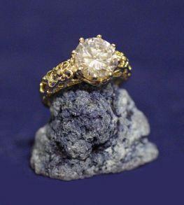 Позолоченное ажурное кольцо с искусственным бриллиантом (арт. 880162)