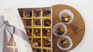 Шоколад с орехами и сухофруктами в подарочной коробке