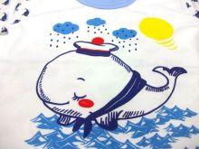Спереди на футболке изображен очень красивый рисунок в виде большого синего кита