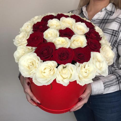 Коробочка красных и белых роз
