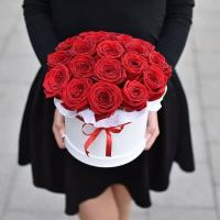 Красные розы в коробке